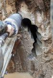 Furo da máquina de perfuração do diamante no concreto imagens de stock royalty free