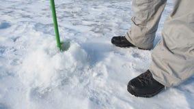 Furo de brocas do pescador no fim do gelo acima da vista, pesca desportiva no inverno vídeos de arquivo