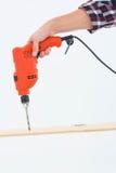 Furo de perfuração masculino do carpinteiro na madeira Fotos de Stock