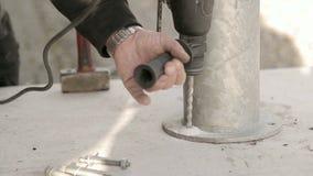 Furo de perfuração no concreto com broca de martelo filme