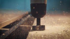 Furo de perfuração no cortador da árvore Tiro do movimento lento Produção de mobília vídeos de arquivo