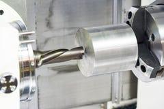 Furo de trabalho do metal na máquina-instrumento fotos de stock