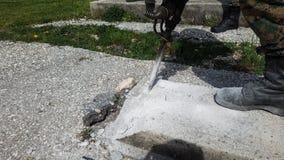 Furo do concreto na estrada com brocas foto de stock