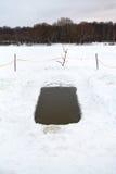 Furo do gelo com água congelada no rio Fotos de Stock Royalty Free