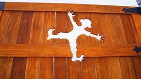 Furo dos desenhos animados na parede de madeira Foto de Stock