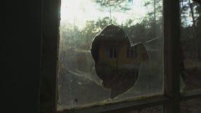 Furo na janela quebrada dentro da construção abandonada vídeos de arquivo