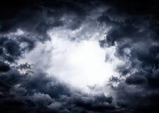 Furo nas nuvens dramáticas imagem de stock royalty free