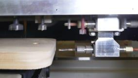 Furo no CNC da madeira da máquina de trituração para a produção industrial da mobília vídeos de arquivo