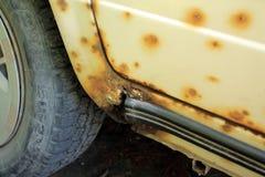 Furo no ponto inicial do carro velho, danificado pela oxidação e pela corrosão foto de stock royalty free