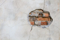 Furo nos tijolos vermelhos de uma parede que olham para fora ilustração stock