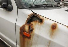 Furo profundo da oxidação no veículo velho branco foto de stock royalty free