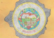 Furo rachado com sumário da bandeira do selo de Minnesota do estado de E.U. na fachada imagens de stock