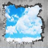 Furo rachado de dano no muro de cimento ao céu nebuloso ilustração royalty free