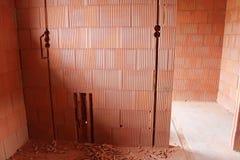 Furos cinzelados e furados na parede Foto de Stock