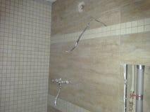 Furos da fonte de água na parede durante o reparo interior no banheiro, reparo do apartamento, reparo da parede, casa da renovaçã Imagem de Stock