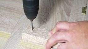 Furos de broca na placa de madeira video estoque