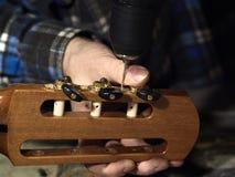 Furos de brocas de Luthiers das guitarra sob as cabeças da máquina imagens de stock royalty free