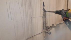 Furos de perfuração em um muro de cimento filme