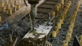 furos originais macro que furam o processo em detalhes do metal com dispositivo automático moderno na água na liberação do vapor video estoque