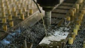 furos originais macro que furam o processo em detalhes do metal com dispositivo automático moderno na água na liberação do vapor vídeos de arquivo