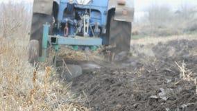 Furrows τρακτέρ χάλυβα έδαφος αρότρων στα τέλη του φθινοπώρου απόθεμα βίντεο