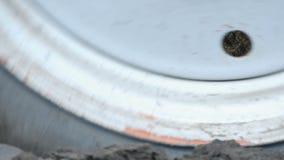 Furrows τρακτέρ χάλυβα έδαφος αρότρων στα τέλη του φθινοπώρου φιλμ μικρού μήκους