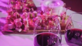 Furshet Bästa för tabell mycket av exponeringsglas av vin med canapes och antipasti i bakgrunden Champagne bubblar arkivfilmer