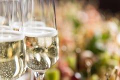 Furshet Sobremesa por completo de vidrios de vino blanco chispeante con canapes y antipasti en el fondo Champán Foto de archivo