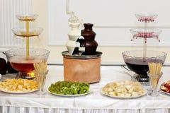 Furshetny desktop wina scena, gorąca czekolada i owoc, Zdjęcia Stock