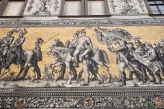Furstenzug (la procesión de príncipes, 1871-1876, 102 mide, 93 personas) es un mural gigante adorna la pared Dresden, Alemania Foto de archivo