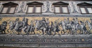 Furstenzug (Optocht van Prinsen, 1871-1876, 102 meet, 93 mensen) is een reuzemuurschildering verfraait de muur Dresden, Duitsland Stock Afbeeldingen