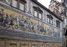 Furstenzug (Optocht van Prinsen, 1871-1876, 102 meet, 93 mensen) is een reuzemuurschildering verfraait de muur Dresden, Duitsland Stock Afbeelding