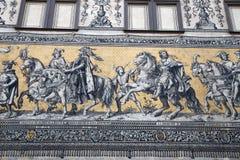 Furstenzug (Optocht van Prinsen, 1871-1876, 102 meet, 93 mensen) is een reuzemuurschildering verfraait de muur Dresden, Duitsland Stock Foto