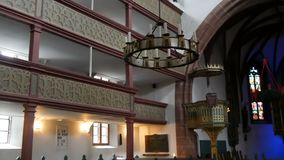 Furth, Alemanha - 3 de dezembro de 2018: O interior da igreja Católica velha sem povos filme