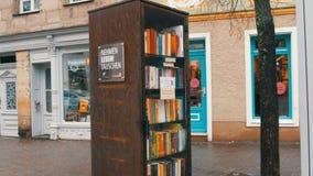 Furth, Alemania - 3 de diciembre de 2018: El movimiento bookcrossing famoso en Alemania Estantes especiales con los libros escrit almacen de metraje de vídeo