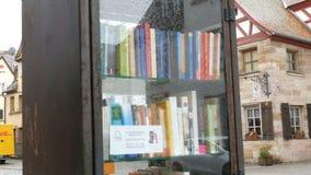 Furth, Germania - 3 dicembre 2018: Il movimento bookcrossing di fama mondiale in Germania Scaffali speciali con i libri scritti archivi video