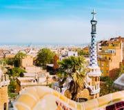 Furtian stróżówki kolorowy wierza i szczegóły ceramiczna ławka w Parkowym Guell Ciepły światło słoneczne na dachach barcelona Cat obrazy royalty free