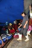 Furtiany przy Hon Ro portem morskim są ładowniczymi koszami ryba na ciężarówce lokalny zakład przetwórczy w Nha Trang mieście Fotografia Stock