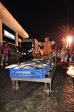 Furtiany przy Hon Ro portem morskim są ładowniczymi koszami ryba na ciężarówce lokalny zakład przetwórczy w Nha Trang mieście Zdjęcia Royalty Free