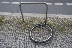 Furto della bicicletta sulla via Fotografia Stock Libera da Diritti