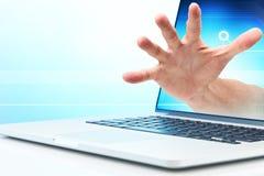 Furto di sicurezza della mano del computer fotografia stock libera da diritti