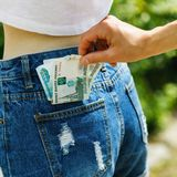 Furto di soldi dalla tasca della gente non vigilante immagini stock