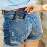 Furto di un portafoglio dalla sua tasca di giorno sulla via immagini stock