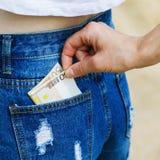 Furto di valuta dalla tasca dei jeans ai turisti non attenti fotografie stock libere da diritti