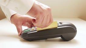 Furto do cartão de crédito através da máquina terminal video estoque