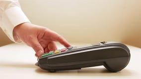 Furto do cartão de crédito através da máquina terminal vídeos de arquivo