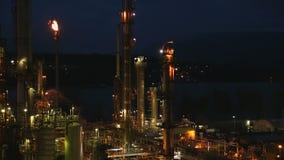 Fusée crépusculaire de raffinerie de pétrole clips vidéos