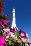 Fusée d'espace dans le Samara, vue à travers le parterre image libre de droits