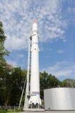 Fusée d'espace en parc contre le ciel Photographie stock