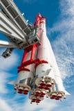 Fusée d'espace sur la plate-forme de lancement photographie stock libre de droits